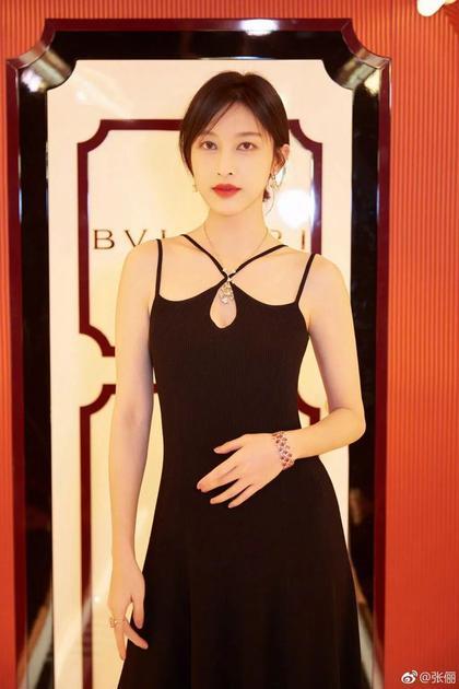 黑色的绑带裙