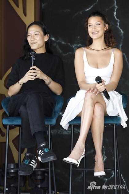 贝拉在戛纳为Alexander Wang和梦龙的合作项目站台