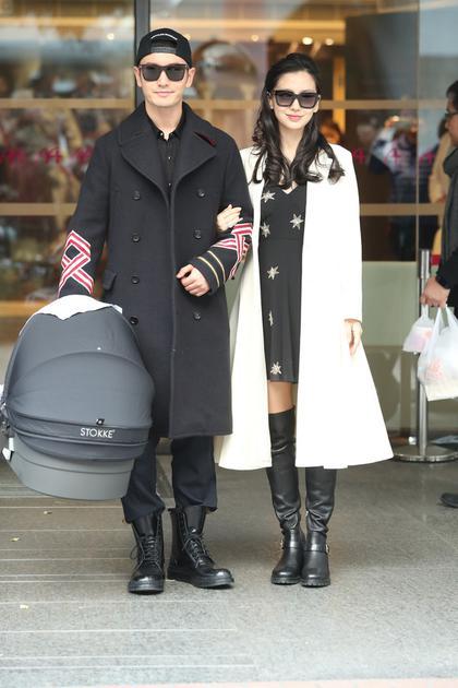 黄晓明和Angelababy夫妇带爱子从香港医院出院