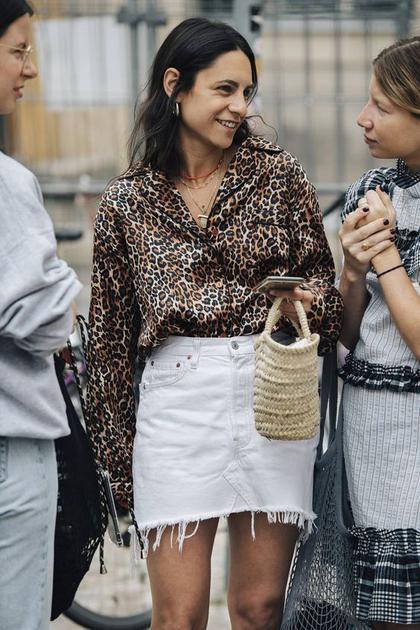 豹纹配白色牛仔短裙