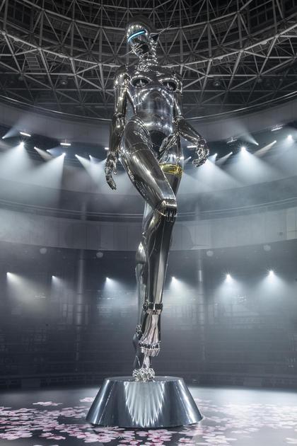 空山基为迪奥二零一九早秋男装系列秀场设计的仿生女机器人