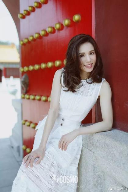 李若彤一袭白裙