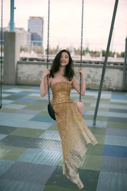 倪妮的金色裙装好美 就是妆容一言难尽
