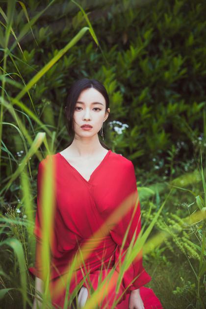 倪妮穿红色裹身裙