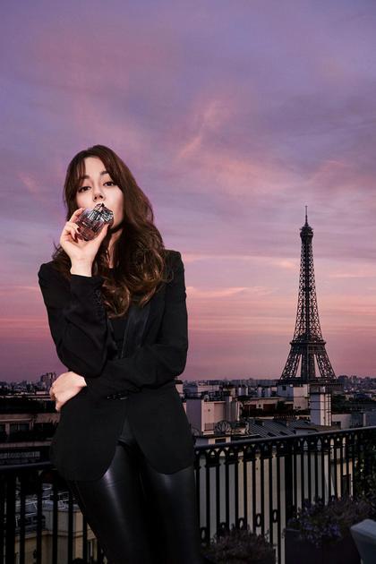 迪丽热巴首次合作设计 YSL反转巴黎香水 热爱限定