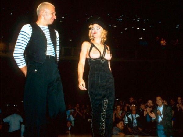 Madonna身穿镂空胸衣震惊时尚圈