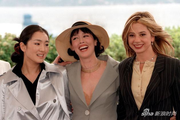 1997年,鞏俐和同為戛納評審的阿佳妮(中)還有米拉-索維諾(右)