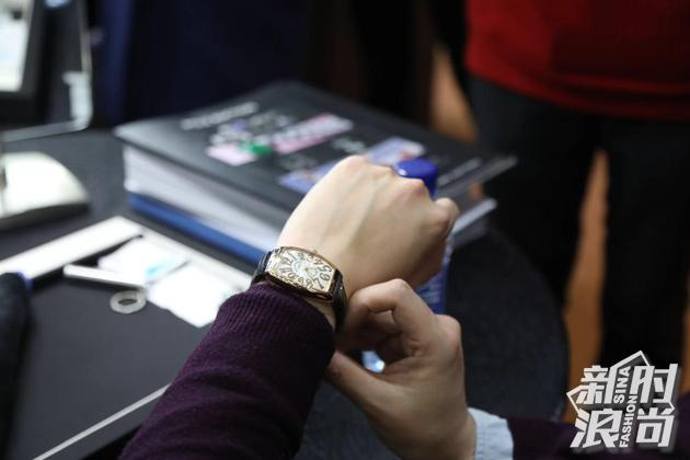 网友在现场试戴腕表拍品