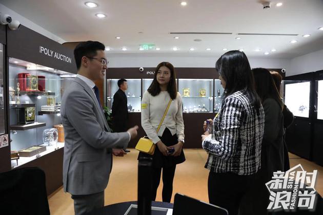 唐利伟先生在现场向网友介绍珠宝腕表鉴赏和拍卖的小知识