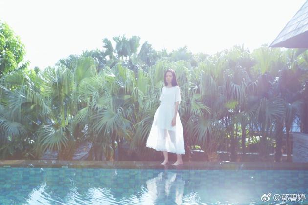 郭碧婷穿白色连衣裙