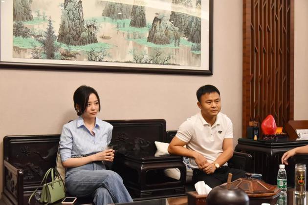 品牌代言人张靓颖女士(左)与周六福珠宝董事长李伟柱先生(右)互动交流
