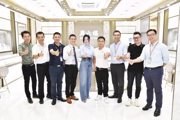 品牌代言人张靓颖(中)与周六福各高层领导合影