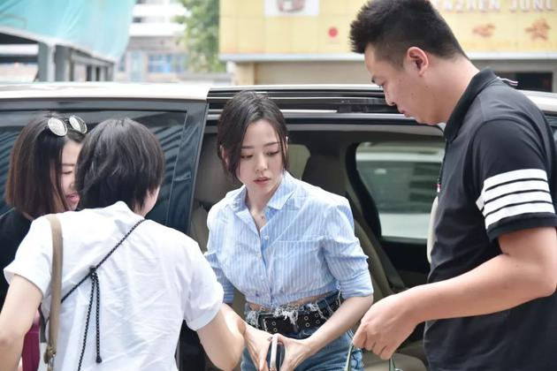 代言人张靓颖抵达周六福珠宝总部现场