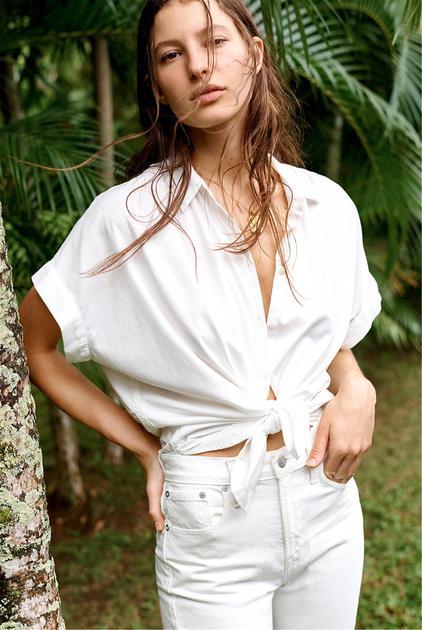 白色衬衫配白色仔裤