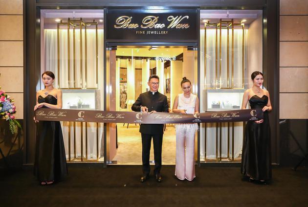香港置地集团中国商用物业总裁高伟强先生与万宝宝女士为万宝宝高级珠宝店剪彩