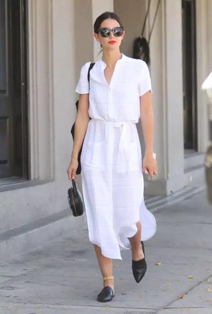 潮人穿白色衬衫裙