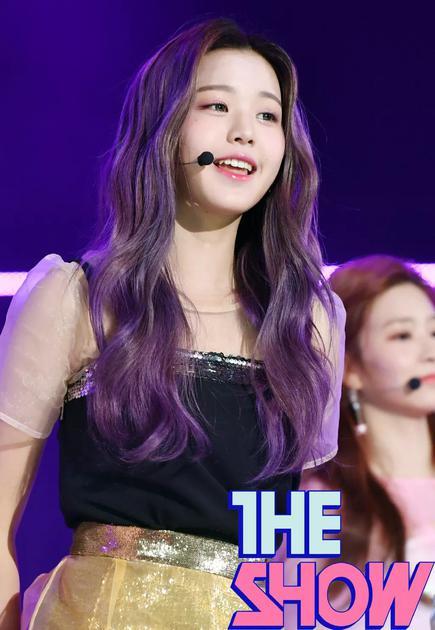 元英染了一头亮紫色头发