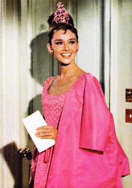 "赫本在《蒂凡尼的早餐》(""Breakfast at Tiffany's)中的粉红色造型"