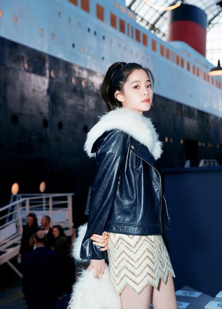 欧阳娜娜则用翻毛机车夹克搭配针织和机车短靴,酷帅兼具甜美的少女图片