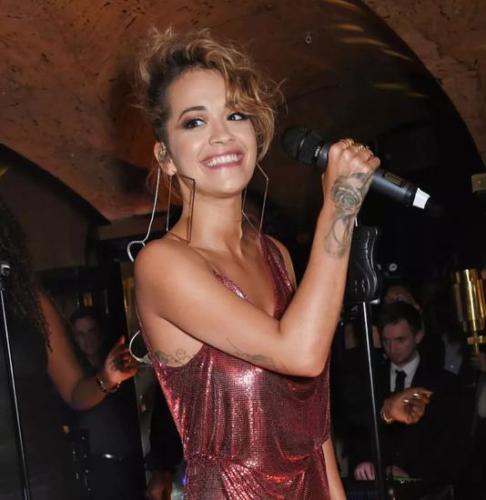 这里的表演嘉宾也向来重量级,Rita Ora在去年就带着自己的乐队在这里高唱了一曲。