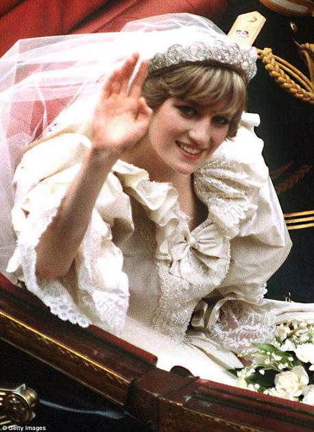 """戴安娜王妃在1981年嫁给查尔斯王子时佩戴""""Spencer""""冠冕"""