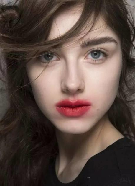 模特激吻唇
