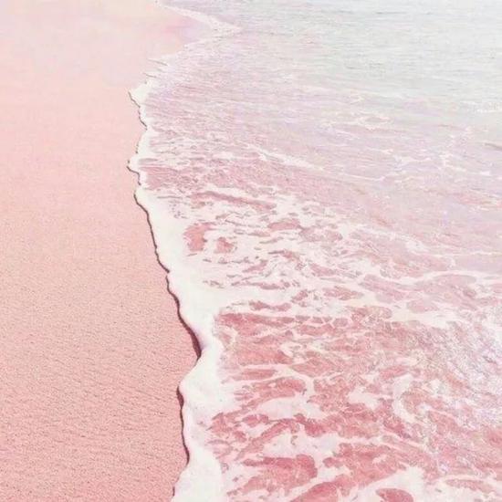 卡伦沙滩之所以呈现粉红色,是因为沙滩中带有大量被海水长年冲刷的粉红珊瑚