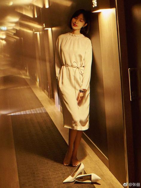 张俪一身白色连衣裙