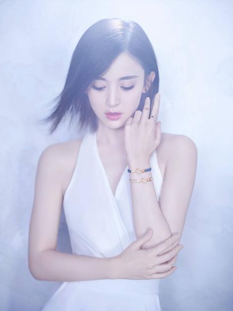 Qeelin 品牌大使娜扎配戴 Wulu 系列百变手链