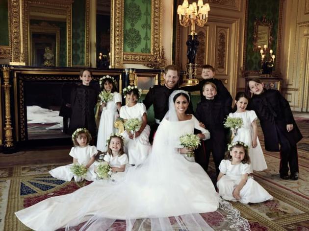 哈里王子夫妇与王室第四代小朋友的大合照