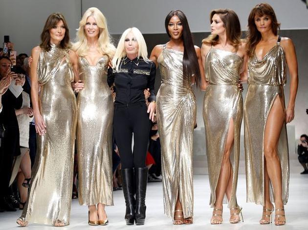Donatella Versace(左三)将留任