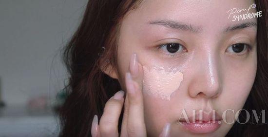 雾面哑光的粉底液,让妆感透明又服帖