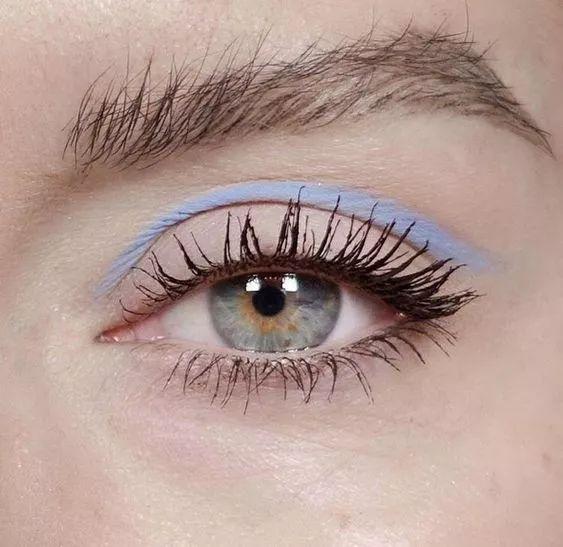画个弧形眼线