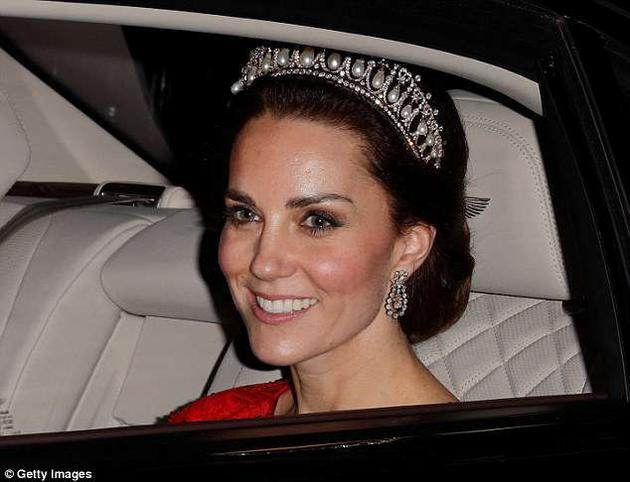"""凯特王妃也经常佩戴这顶""""剑桥情人节王冠"""",她的封号也是剑桥公爵夫人。"""