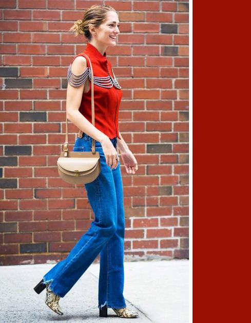 蓝色仔裤配红色上衣