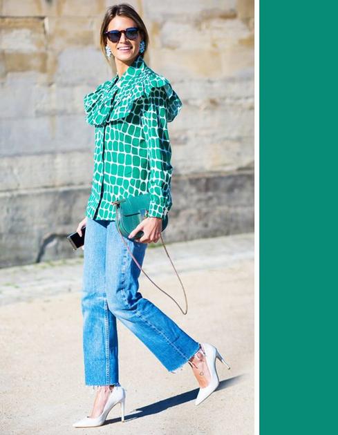 浅色牛仔裤配绿色上衣