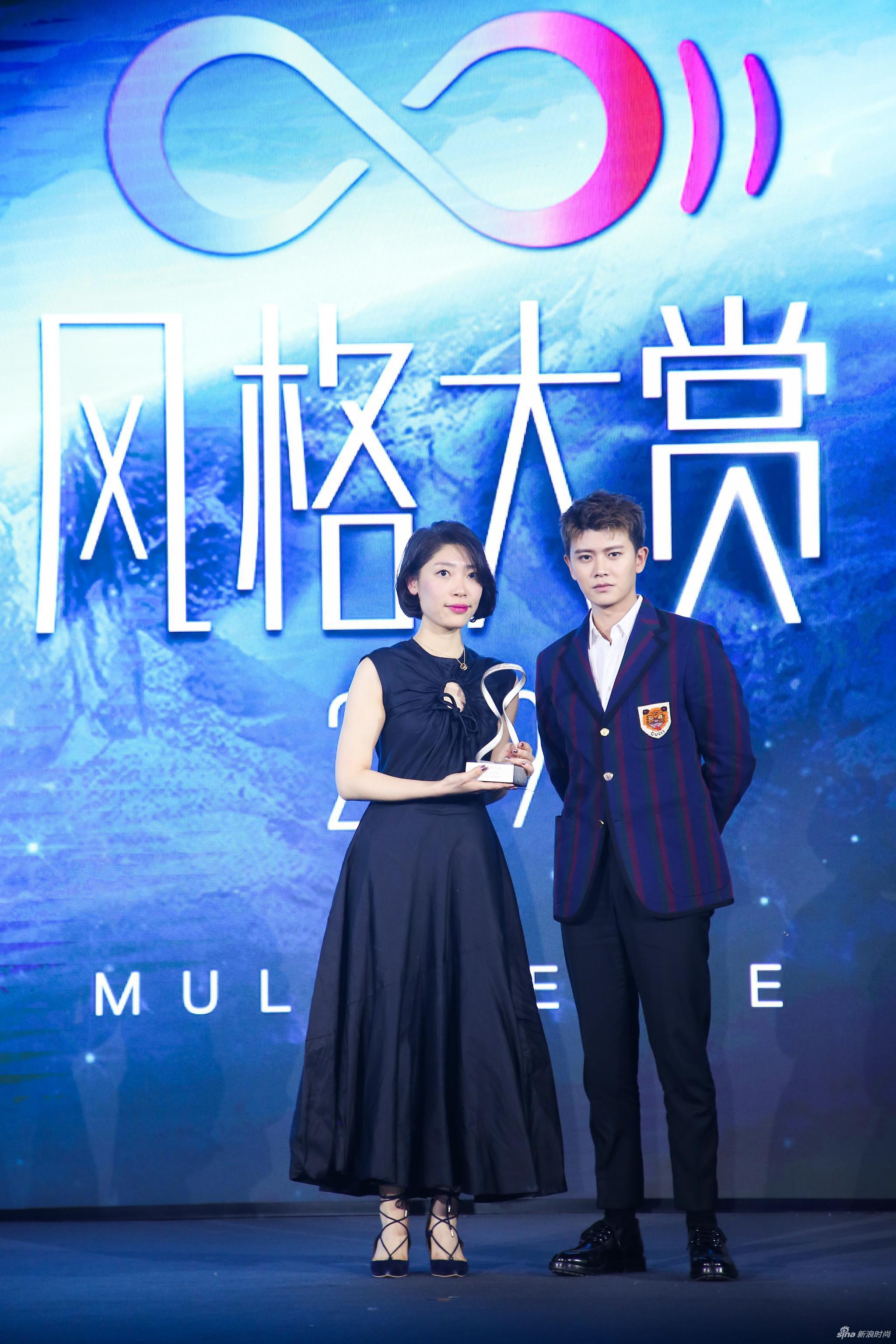 青年演员任嘉伦为领奖嘉宾宝格丽对外关系专员周玮女士颁奖