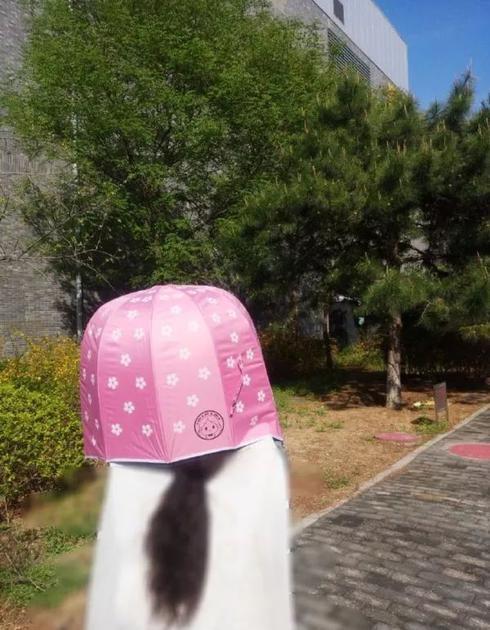 防晒ing的关晓彤,这是谁家太阳伞成精啦?