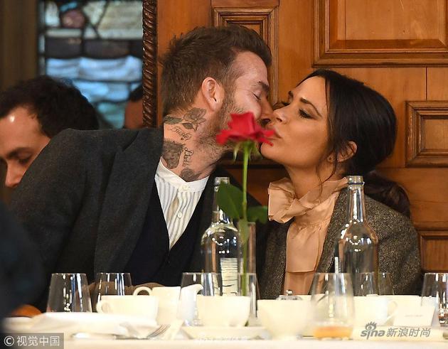 贝克汉姆夫妇大方献吻