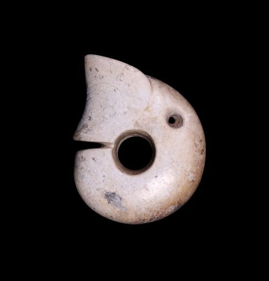 红山文化玉龙 尺寸:高8.6 cm,宽6.5 cm