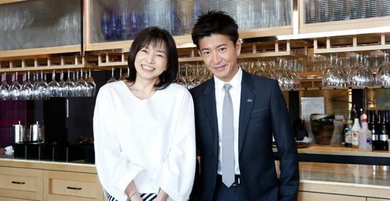 山口智子客串�演木村拓哉的前妻,�^「悠�L假期」後,二人相隔 22 年再次合作。 「BG 身�警�o人」宣�髡�