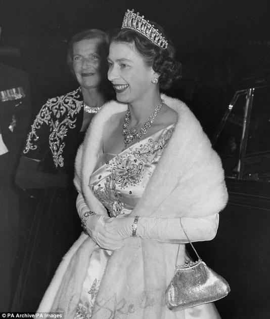 """伊丽莎白二世女王佩戴""""剑桥情人节王冠"""""""