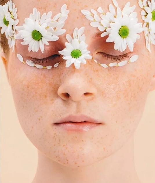 按摩眼部增加眼周活力