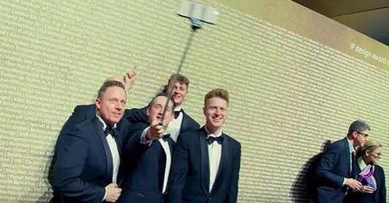 拍照的人身后那面墙印的就是提名奖的名单