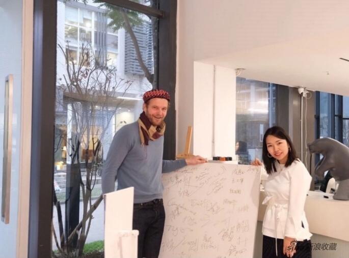 赵倩颖女士(右)与艺术家弗洛伦泰因•霍夫曼(左)