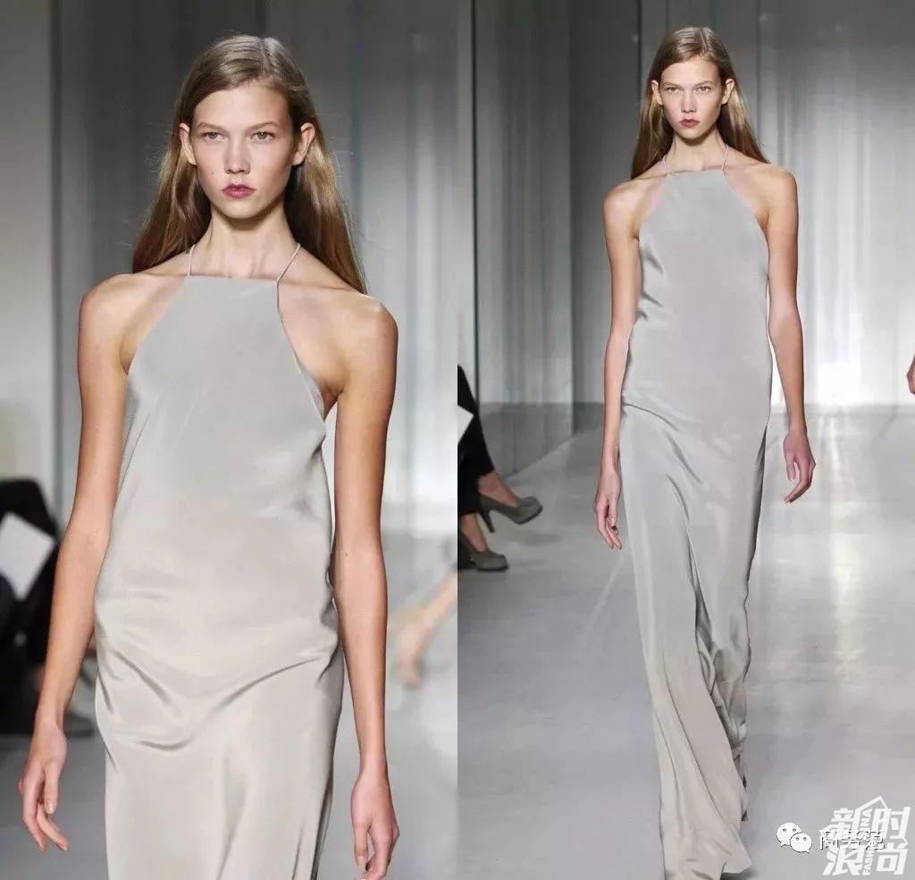 当年为Calvin Klein走秀的照片,也是她第一次走秀