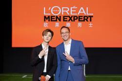 鹿晗与欧莱雅中国副总裁、大众化妆品部总经理杜涵泰先生