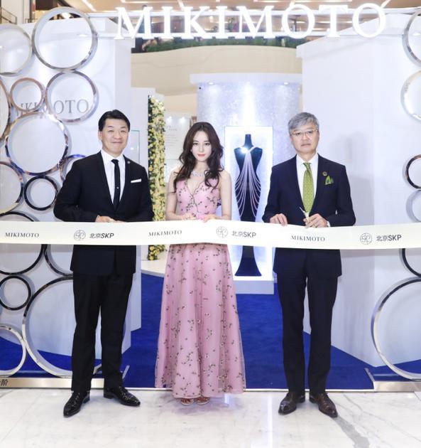 (从左至右) MIKIMOTO亚太区董事总经理桥本靖彦先生 MIKIMOTO亚洲代言人迪丽热巴 北京SKP运营总监兼店长柳正明先生