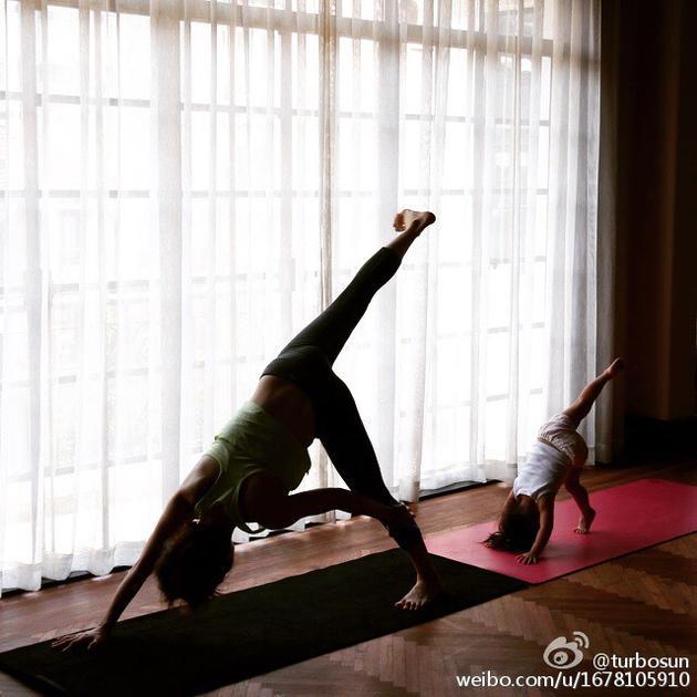 孙俪和女儿做瑜伽