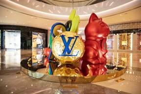 """Louis Vuitton巨型圣诞限定装置由即日起至2019年1月6日在""""时尚汇""""的欧珀大堂展出"""